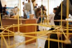Les étudiants créent des conceptions différentes de la tour de spaghetti Photo libre de droits