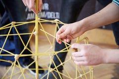 Les étudiants créent des conceptions différentes de la tour de spaghetti Photos libres de droits
