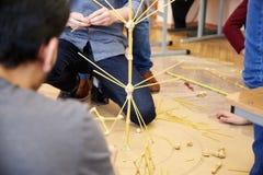 Les étudiants créent des conceptions différentes de la tour de spaghetti Image libre de droits