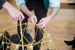 Les étudiants créent des conceptions différentes de la tour de spaghetti Photo stock