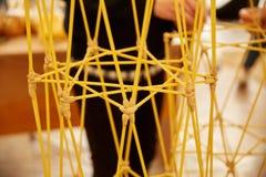 Les étudiants créent des conceptions différentes de la tour de spaghetti Photographie stock libre de droits