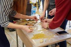 Les étudiants créent des conceptions différentes de la tour de spaghetti Image stock