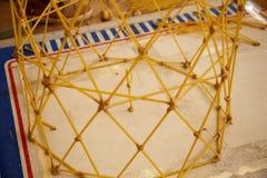 Les étudiants créent des conceptions différentes de la tour de spaghetti Photographie stock