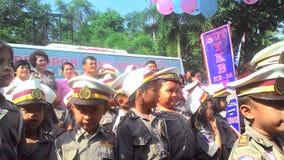 Les étudiants d'école se sont habillés dans la police apprenant l'autobus croisé de passages Photo libre de droits