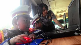 Les étudiants d'école se sont habillés dans la police apprenant l'autobus croisé de passages Photographie stock