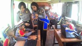 Les étudiants d'école se sont habillés dans la police apprenant l'autobus croisé de passages Images libres de droits