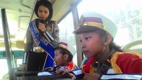 Les étudiants d'école se sont habillés dans la police apprenant l'autobus croisé de passages Photo stock