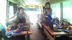 Les étudiants d'école se sont habillés dans la police apprenant l'autobus croisé de passages Image libre de droits