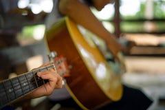 Les étudiants d'école secondaire apprennent comment jouer la guitare dans le sch images stock