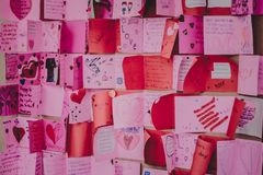 Les étudiants d'école secondaire font des cartes de Valentine Photo stock