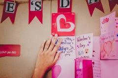 Les étudiants d'école secondaire font des cartes de Valentine Images stock