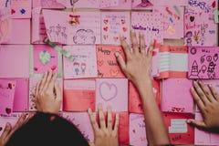 Les étudiants d'école secondaire font des cartes de Valentine Photographie stock