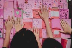 Les étudiants d'école secondaire font des cartes de Valentine Image stock