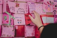 Les étudiants d'école secondaire font des cartes de Valentine Images libres de droits
