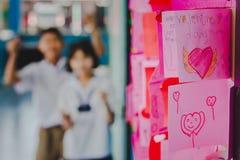 Les étudiants d'école secondaire font des cartes de Valentine Photo libre de droits