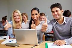 Les étudiants dans la fixation de classe manie maladroitement vers le haut Image libre de droits