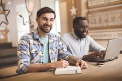 Les étudiants dans le café étudient ensemble le concept d'éducation Images stock