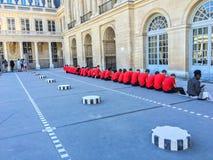 Les étudiants de l ` Ecole Polytechnique font une pause dans le Palais Royal photo libre de droits