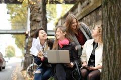 Les étudiants européens apprenant avec l'ordinateur portable et les papiers, se reposant sur soient Images libres de droits