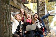 Les étudiants européens apprenant avec l'ordinateur portable et les papiers, se reposant sur soient Photos libres de droits