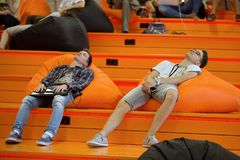 Les étudiants fatigués sont des programmeurs photographie stock libre de droits