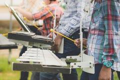 Les étudiants jouent le glockenspiel dans le défilé aux sports ouvrant c photographie stock libre de droits
