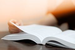 Les étudiants lisent des manuels dans la bibliothèque d'école photos libres de droits