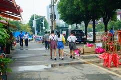 Les étudiants marchent sur le chemin à l'école Photo stock