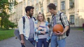 Les étudiants masculins gais flirtant et étreignant assez femelle, collecte dupe clips vidéos