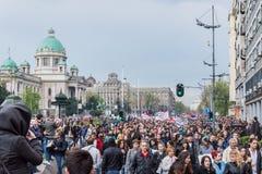 Les étudiants ont pris aux rues à la protestation contre le gouvernement serbe Photographie stock