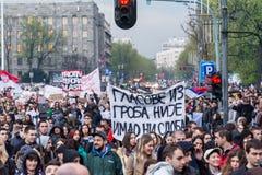 Les étudiants ont pris aux rues à la protestation contre le gouvernement serbe Photographie stock libre de droits