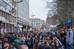 Les étudiants ont pris aux rues à la protestation contre le gouvernement serbe Photo libre de droits