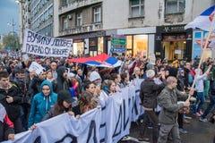 Les étudiants ont pris aux rues à la protestation contre le gouvernement serbe Photos stock