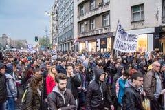 Les étudiants ont pris aux rues à la protestation contre le gouvernement serbe Images libres de droits