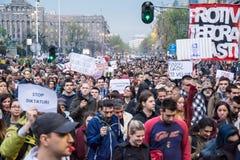 Les étudiants ont pris aux rues à la protestation contre le gouvernement serbe Photos libres de droits
