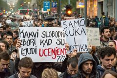 Les étudiants ont pris aux rues à la protestation contre le gouvernement serbe Image libre de droits