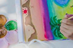 Les étudiants pratiquent peindre le paysage à l'aide des couleurs d'affiche Photos stock