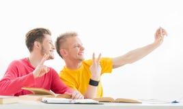 Les étudiants prennent une photo de selfie dans une salle de classe Images stock
