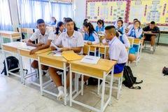 Les étudiants thaïlandais dans leur uniforme scolaire s'assied par l'un l'autre dans leur salle de classe d'école Pranburi, Thaïl image stock