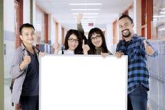 Les étudiants universitaires montrent l'école correcte de couloir de connexion Images libres de droits