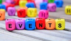 Les événements colorés de mot sur la table photos stock