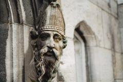 Les évêques font face orne une porte images stock