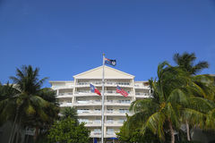 Les Îles Caïman, les Etats-Unis et l'état de drapeaux du Texas dans l'avant du lieu de villégiature luxueux situé sur les sept Mi Photographie stock libre de droits