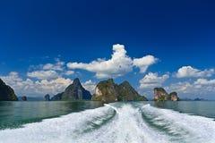 Les îles dans un Phang Nga aboient du bateau Photos libres de droits