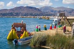 Les îles de flottement d'Uros dans le Lac Titicaca, Pérou photographie stock libre de droits