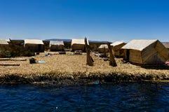 Les îles de flottement ont composé du roseau de Totora près de Huatajata, Bolivie image libre de droits