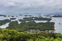 Les îles de Kujuku donnent sur dans le jour nuageux à Sasebo, Kyushu photographie stock