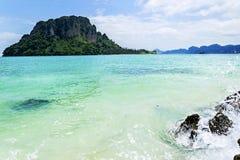 Les îles sont grandes dans la taille, la mer est indigo Photographie stock