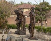 """Les """"filles ne pleurent pas pour moi """"et """"châtiant """"par Gib Singleton dans le jardin de sculpture en Via Dolorosa, musée d'art bi photo stock"""