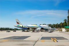 Les aéronefs de la compagnie aérienne de Bangkok prenant la maintenance Photo stock
